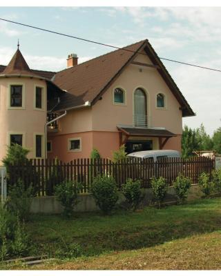 Körevár Cottage