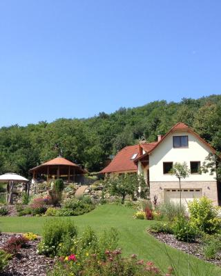 Spacious Guesthouse with Award-Winning Garden