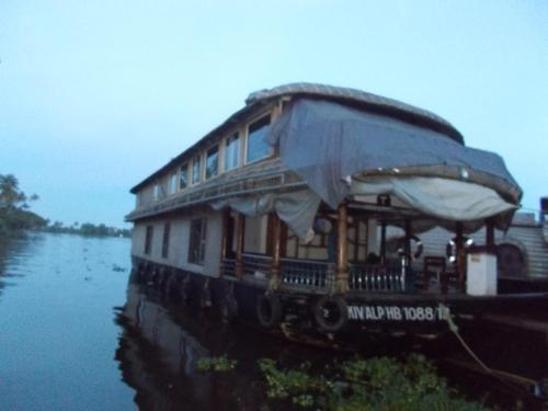 Lloyds House Boat - 5 Bed