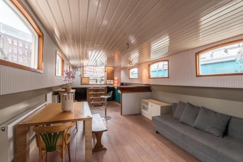 Spacious houseboat near central station
