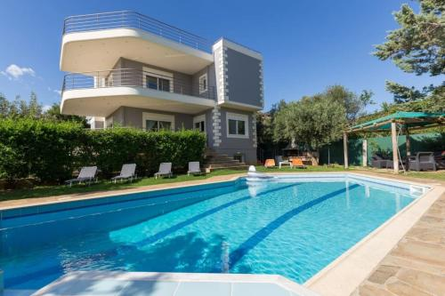 Villa with Pool close to the Airport, Vari 290m²
