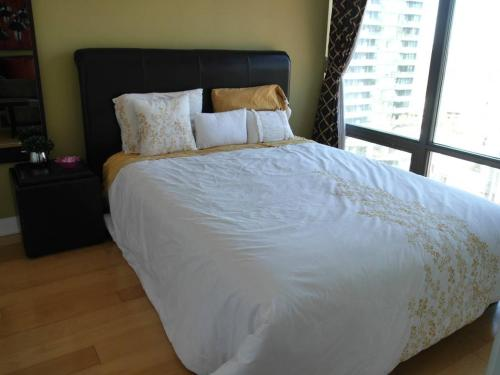 Amazing 1BR Condo in Yorkville with Parking!