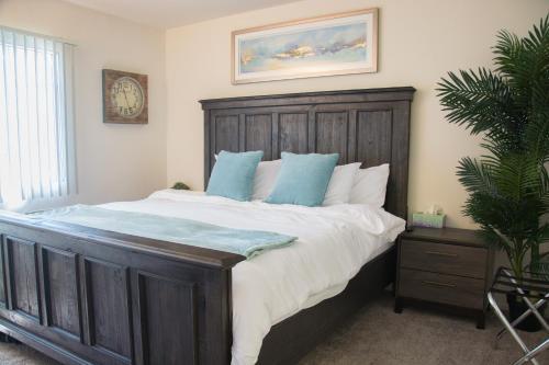 South Coast Plaza Home   King Bed   4k Tvs