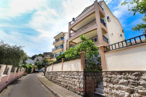 Aqua Breeze Apartments