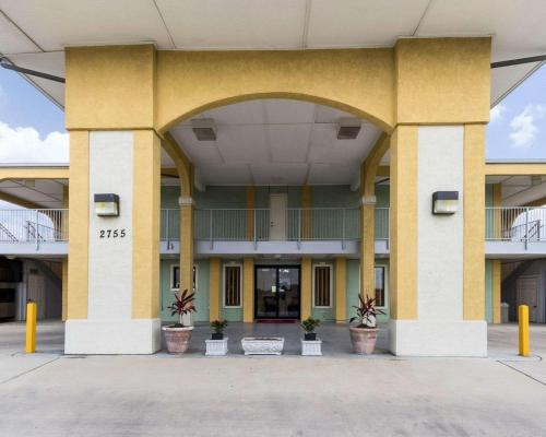 Econolodge Inn & Suites Downtown Northeast