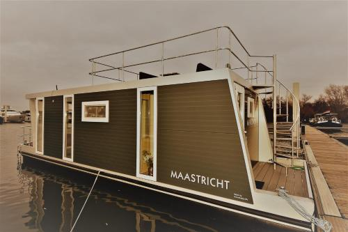 Cozy floating boatlodge