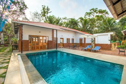3-BR cottage with a pool for 9