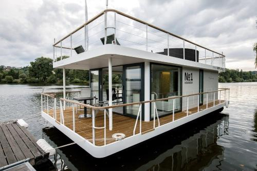 VIPliving Houseboat