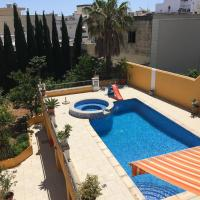 Central villa apartment with pool - free parking!