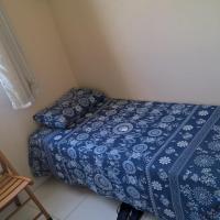 quarto com uma cama de solteiro e colchão no chão