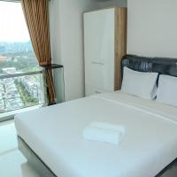 2BR Golf View At The Mansion Apartement Near JIEXPO By Travelio