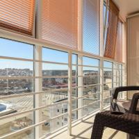 Новые апартаменты с панорамным балконом в центре