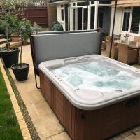 Wimbledon Tennis House with Hot Tub; 4 minute walk