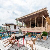 Room in a houseboat on Dal Lake, by GuestHouser 4762