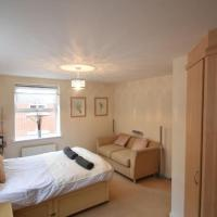 Spacious 2 Bed Apartment Close to Town Centre(WH)