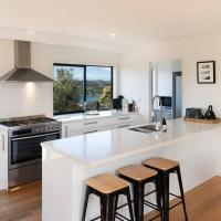 Newly Renovated Oneroa View Beach House