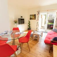 Bright Clapham flat with private garden, sleeps 4