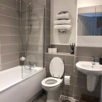 Huge Penthouse 2 bed, 2 bathroom apartment / 5 mins to Gatwick Airport