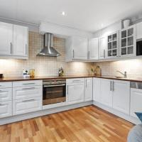 Modern, spacious apartment, central location, 3br