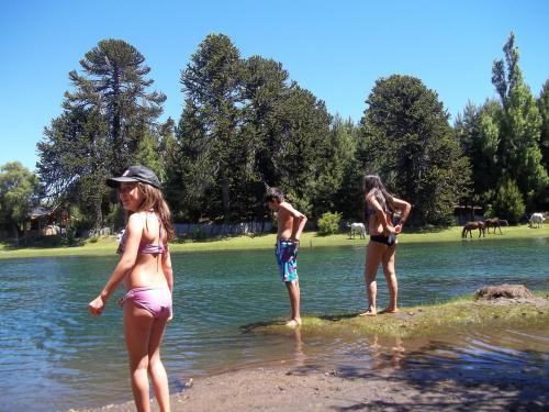 mis bellos hijos disfrutando el agua..
