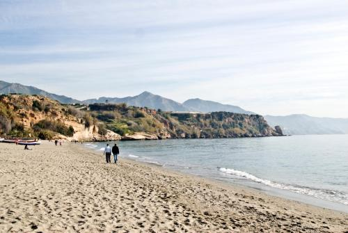 Pareja paseando por la playa de Burriana