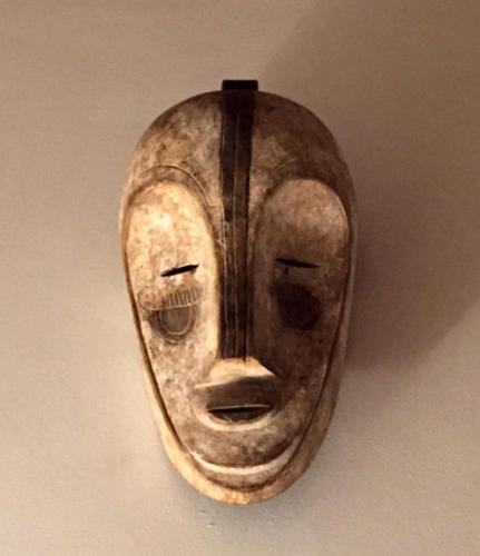 Masque Fang faisant partie de la décoration de la maison