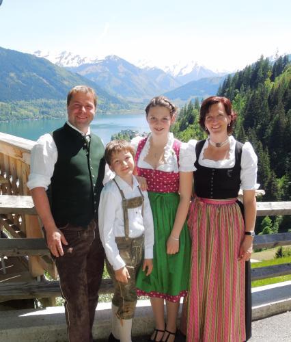 Beate und Gottfried Oberbarleitner mit ihren Kindern Anna und Stefan