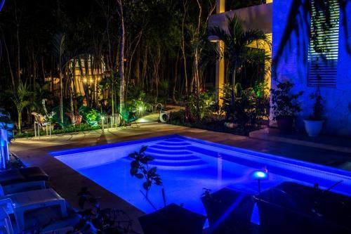 Alberca Condo Hotel El Vivero Tulum por la noche