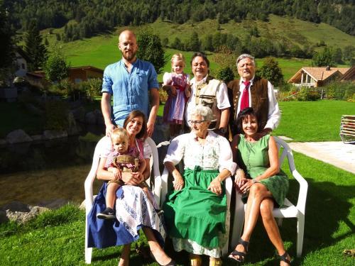 Patrick, Emilia, Franz, Siegfried, Nadine mit Matteo, Franzi & Helga