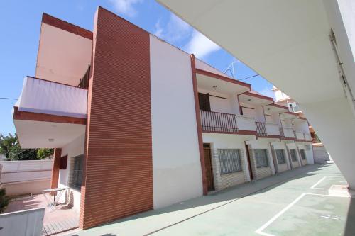 BUNGALOW PARA 6 PERSONAS (DUPLEX) A 80 metros de la playa (ambiente familiar) Recinto cerrado formado por 8 casas pareadas Duchas exteriores Plaza de ...
